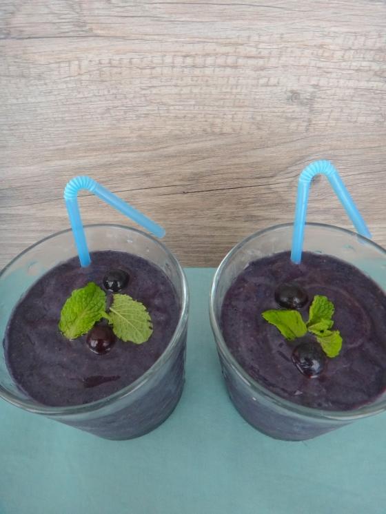 Blueberry-papaya mint breeze smoothie